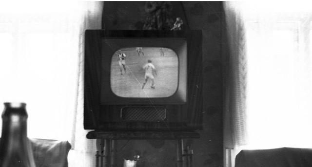 . Khi bật tivi thì tiếng có trước một lúc rồi mới lên hình, điều này cũng dễ hiểu do hạn chế của công nghệ bóng đèn hình thời bấy giờ.