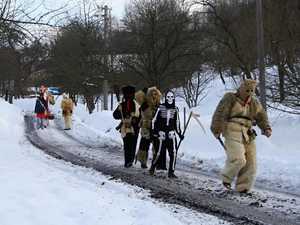 Vào dịp này, người dân mặc trang phục quỷ dữ cầm lưỡi hái hoặc trang phục tuần lộc đi thành đoàn ngoài đường, đến gõ cửa từng nhà và dọa dẫm, trêu chọc người dân.