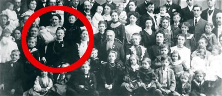 Bà Vassilyev (khoanh đỏ) và tất cả những người còn lại là thành viên trong gia đình