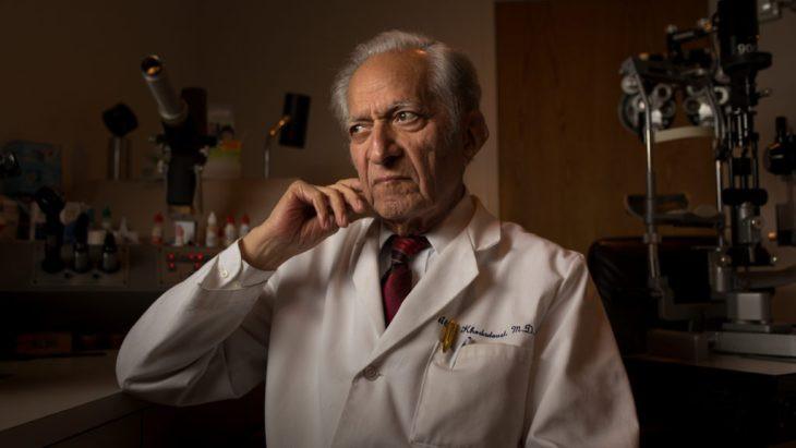 Bác sĩ nhãn khoa Ali Khodadoust, người đã phải chiến đấu 4 năm với ổ nhiễm khuẩn trong lồng ngực mình.