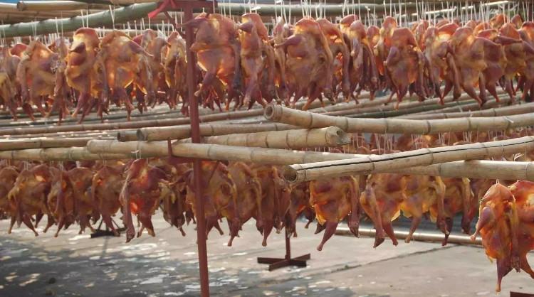 Toàn bộ quá trình này phải được thực hiện cực kỳ nhanh chóng nhằm giữ cho con gà sống nguyên.