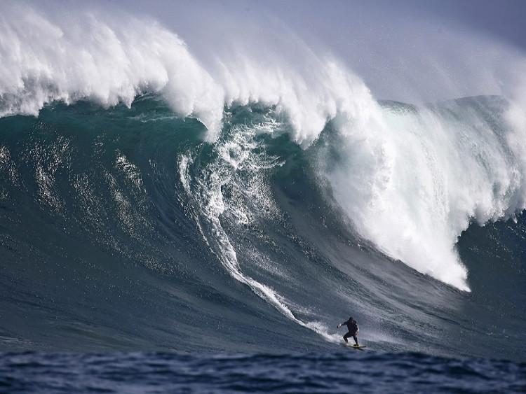 Một con sóng cao ở Đại Tây Dương, ngoài khơi Cape Town.