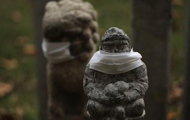 Lò than được dùng nhiều ở Trung Quốc vào mùa đông, bầu trời luôn có màu xám do ô nhiễm.