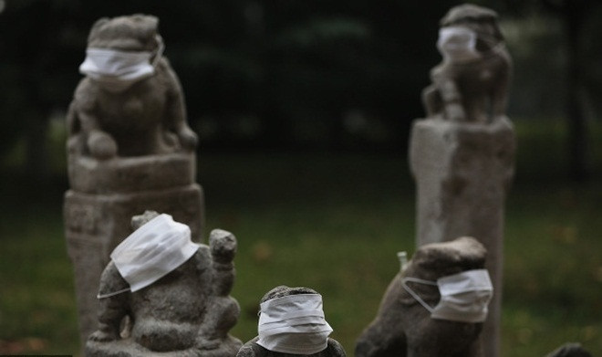 Những bức tượng đá trong nhiều tư thế khác nhau đều được đeo khẩu trang.
