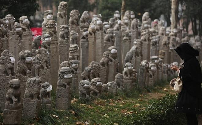 Các bức tượng đá đều được đeo khẩu trang.