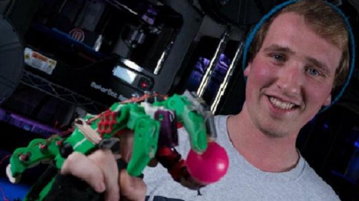 Ryan Bouricius sử dụng máy in 3D của trường đại học để tạo ra bàn tay giả.