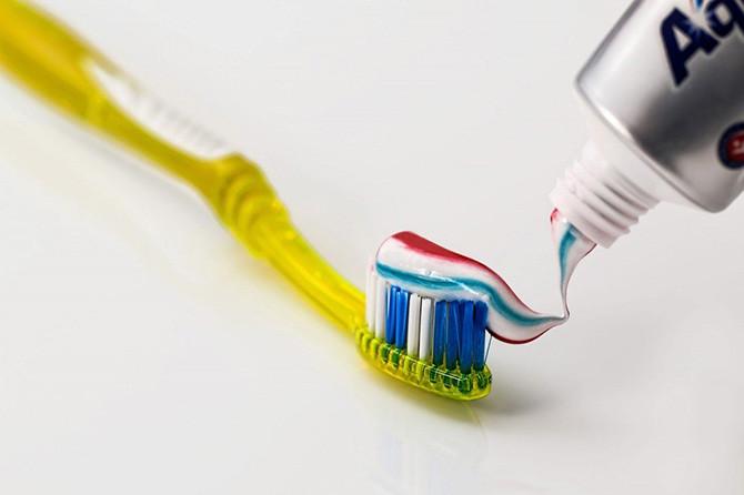 Nên đánh răng đều đặn để góp phần bảo vệ sức khỏe răng miệng.