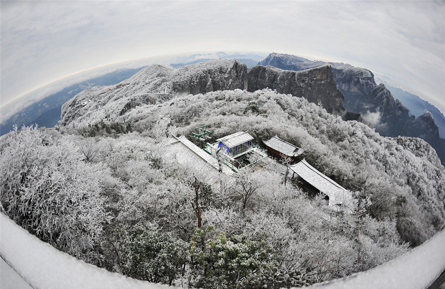 Mùa đông đến, tuyết rơi dày phủ kín những cánh rừng ở Thiên Môn Sơn làm cho nơi này đẹp tựa cổ tích.
