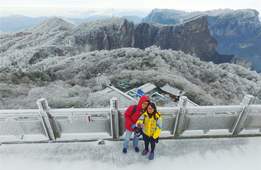 Du khách thích thú chụp ảnh selfie trên nền tuyết trắng ở công viên quốc gia Thiên Môn Sơn