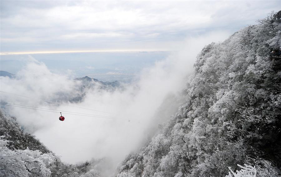 Một tuyến cáp treo được xây dựng bởi công ty của Pháp gần ga xe lửa Trương Gia Giới để đến đỉnh núi.