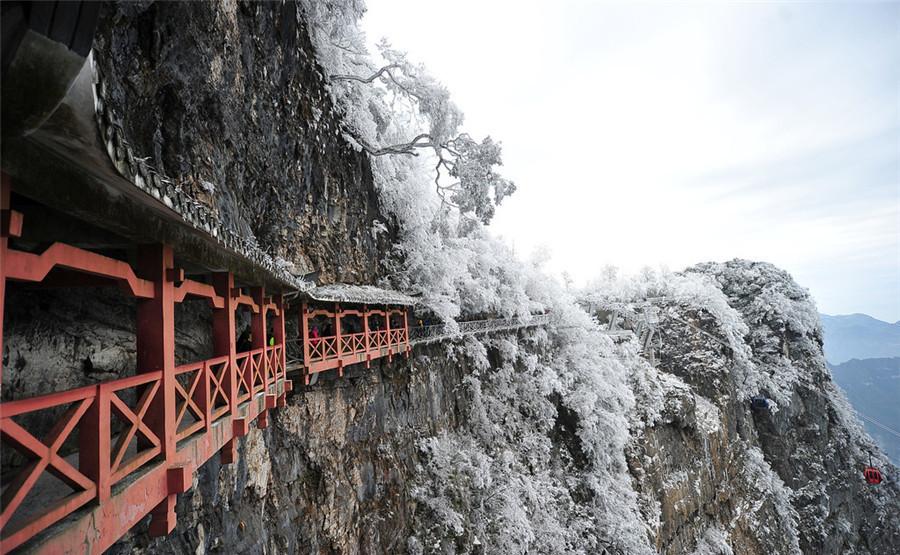 Nếu có sức khỏe tốt, du khách có thể đi bộ theo một con đường xây dựng trên các vách đá của núi.