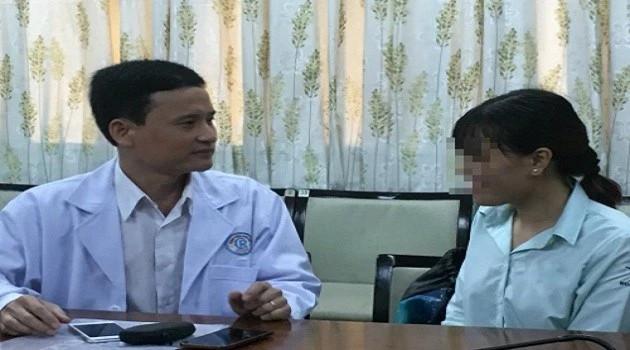 Bệnh nhân hồi phục trò chuyện cùng bác sĩ điều trị.