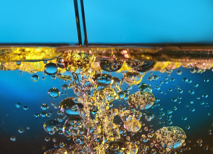 Dầu olive khiến mặt nước gợn sóng trở nên tĩnh lặng.