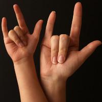 Sử dụng ngôn ngữ bằng tay giúp trẻ sáng tạo hơn