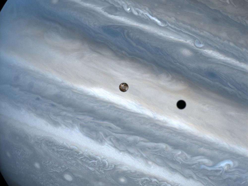 Thiên thực của vệ tinh Io trên bề mặt Sao Mộc.