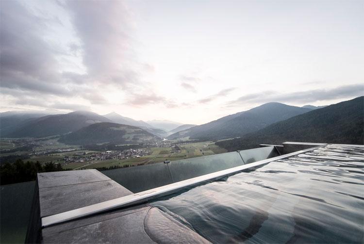 Thiết kế này sẽ giúp du khách có tầm nhìn toàn cảnh và chiêm ngưỡng những đám mây phản chiếu trên mặt nước.