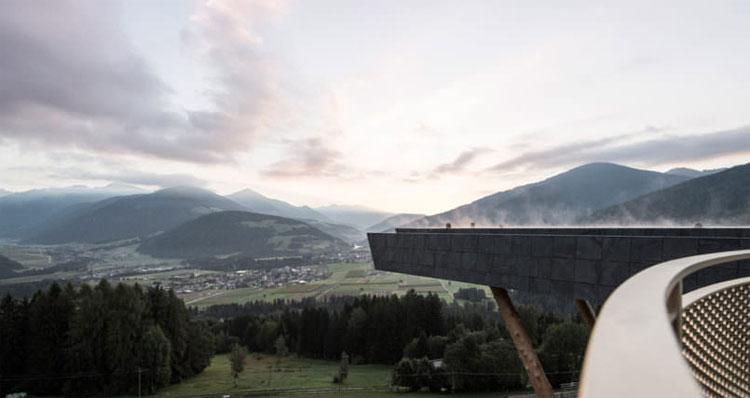 Du khách có thể chiêm ngưỡng toàn cảnh dãy núi Dolomites khi bơi.