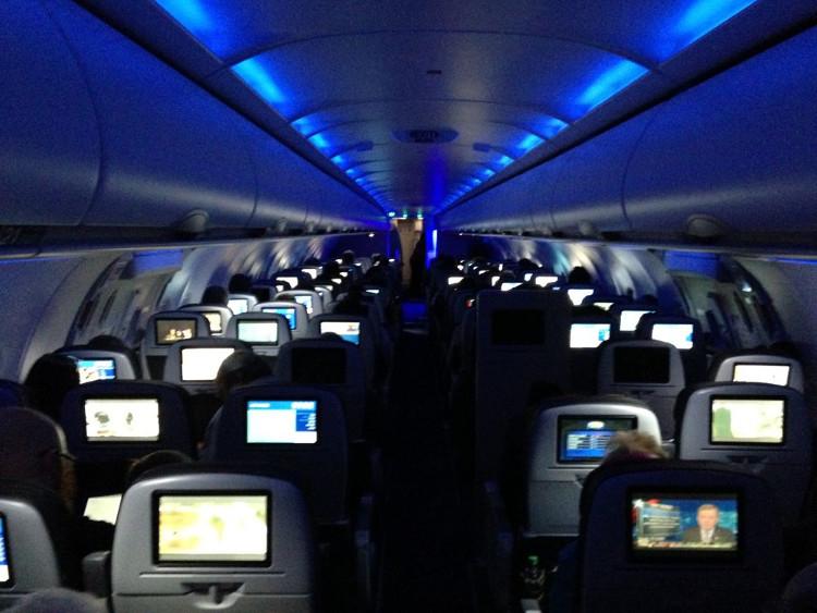 Chuyển đèn sang chế độ tối hơn trước khi máy bay hạ cánh là quy tắc an toàn quan trọng trong chuyến bay.