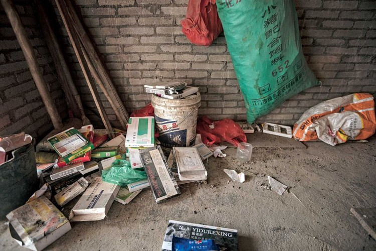 Vỏ thuốc kháng sinh bị vứt bừa bãi quanh các trại nuôi trồng thủy sản và chăn nuôi ở Quảng Đông.