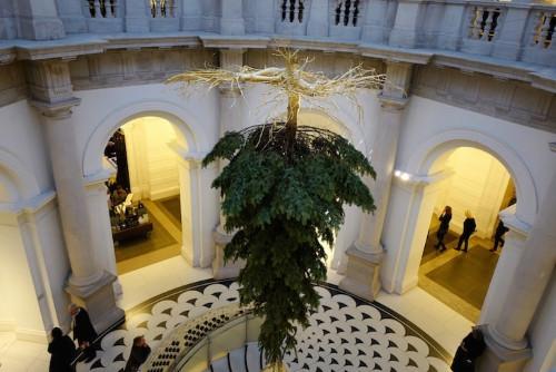 Cây thông Giáng sinh lật ngược tại bảo tàng nghệ thuật Tate Britain được thiết kế bởi Shirazeh Houshiary.