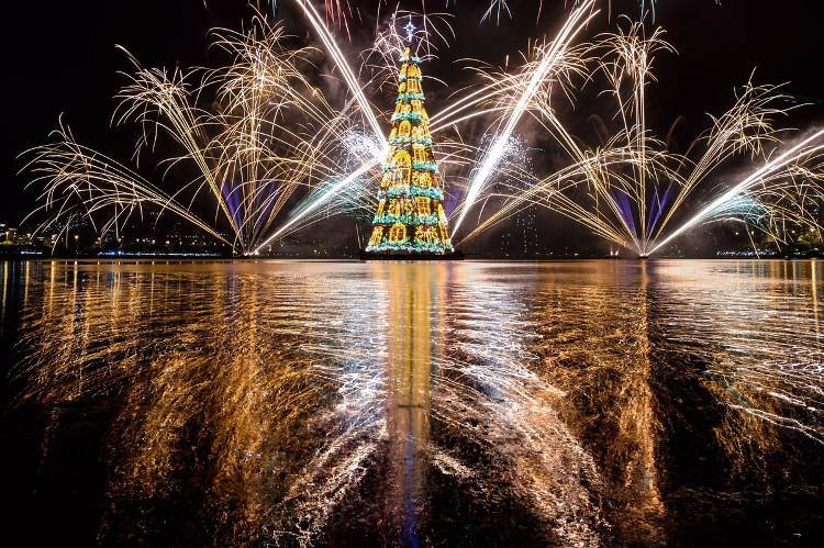Cây thông Giáng sinh cao đến 85 mét được nổi giữa hồ ở thủ đô Rio de Janeiro, Brazil cùng màn trình diễn pháo hoa tuyệt đẹp.