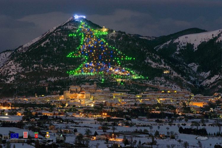 Đây là ngọn núi Monte Ingino ở miền trung Italy được thắp sáng bởi hàng ngàn bóng đèn tạo thành hình cây thông cao 600 mét