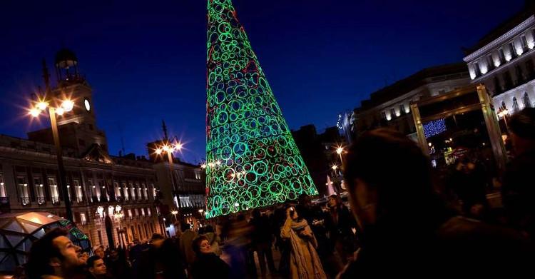 Cây thông Giáng sinh được làm từ những chiếc vòng bằng kính phát sáng tại Madrid, Tây Ban Nha.