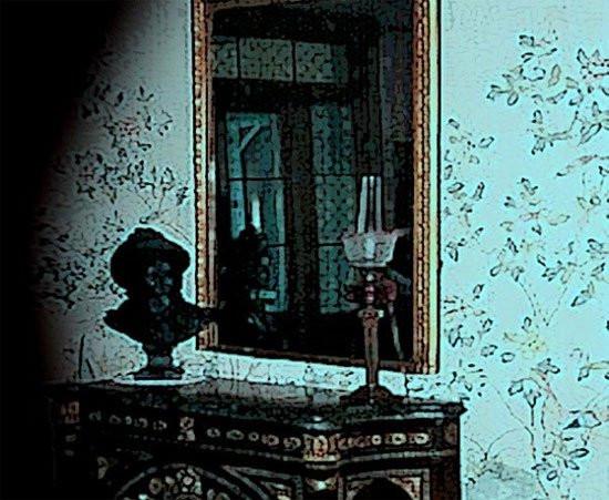 Chiếc gương gắn liền với những cái chết đáng sợ và thảm khốc.