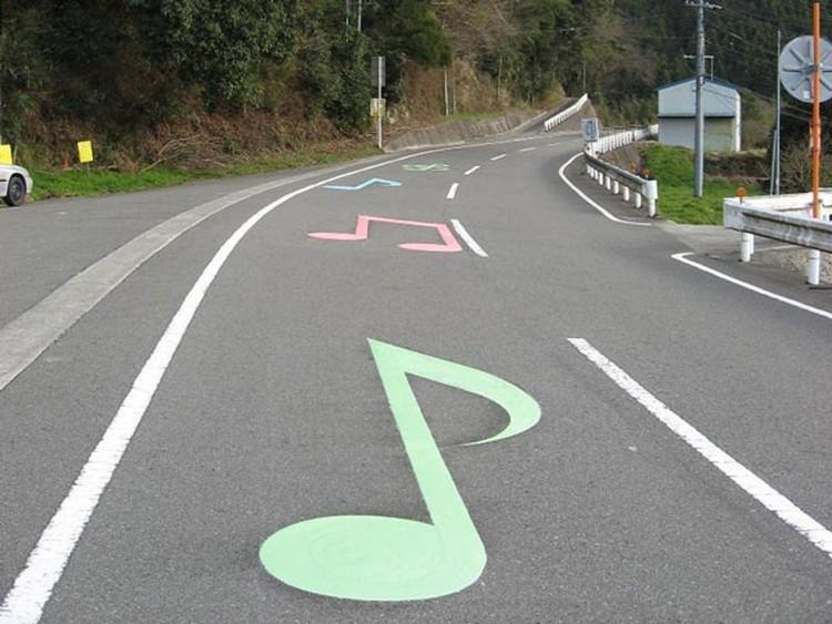 Mặt đường gần đó còn được sơn các nốt nhạc màu sắc cực bắt mắt.