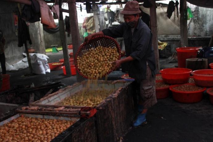 Để sản xuất ra mứt táo, nguyên liệu đầu vào cần được tuyển chọn thật kỹ càng.