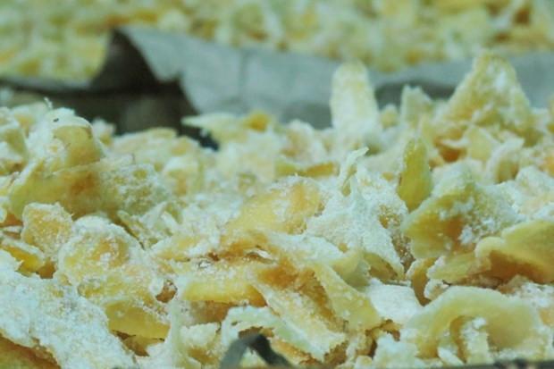 Để có được những lát mứt gừng thơm ngon, cay cay, màu vàng ươm tự nhiên phải cẩn thận trong từng công đoạn làm mứt.