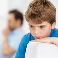 Tại sao trẻ tự kỷ thường tránh nhìn vào mắt người khác?