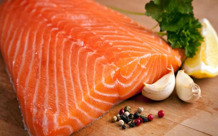 Tăng cường ăn các thực phẩm chất béo omega-3 có tác dụng ngăn chặn các phản ứng viêm tấy trên đường hô hấp