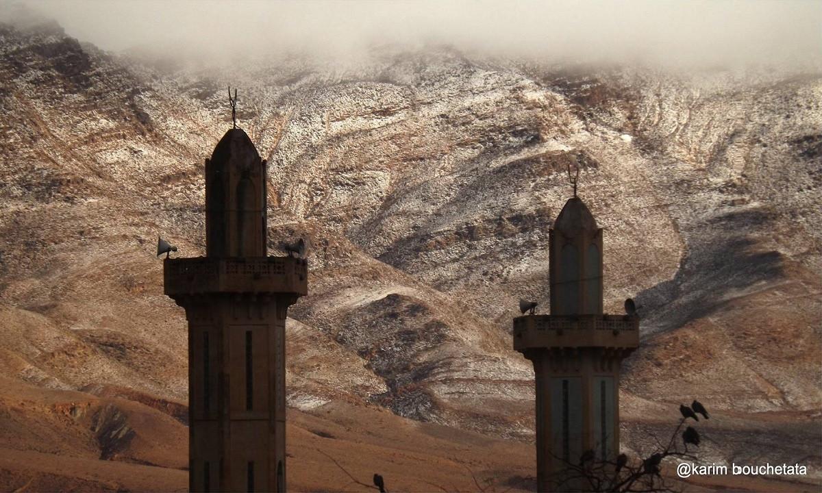 Ain Sefra nằm ở hướng tây bắc của Algeria, cách Địa Trung Hải khoảng 350km về phía nam và nằm ở hướng bắc sa mạc Sahara.