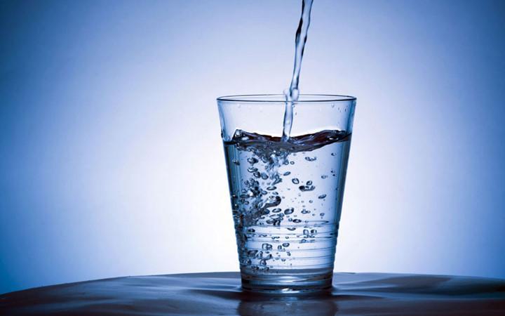 Bạn nên uống nhiều nước vì nước làm loãng chất nhầy, bong lớp mũi đặc và tạo rãnh thông thoáng, dễ khạc đờm
