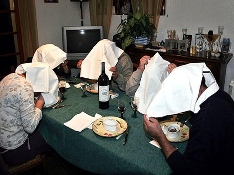 Người ta tin rằng những chiếc khăn trắng trùm kín đầu giúp họ tránh khỏi ánh mắt của Chúa khi ăn thịt sinh linh bé nhỏ và vô tội.