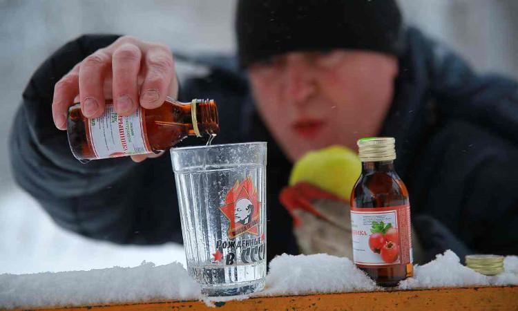 Nhiều người Nga ngộ độc sau khi uống sữa tắm thay rượu.