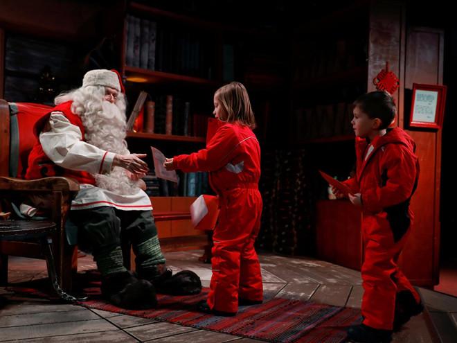 Điều thú vị nhất ở điểm tham quan này là được gặp Santa, thu hút khoảng 300.000 khách mỗi năm.