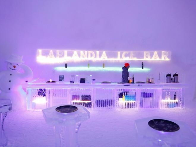 Nơi đây còn có vài điểm giải trí cho du khách trưởng thành, như quầy ba và nhà hàng băng Snowman World.