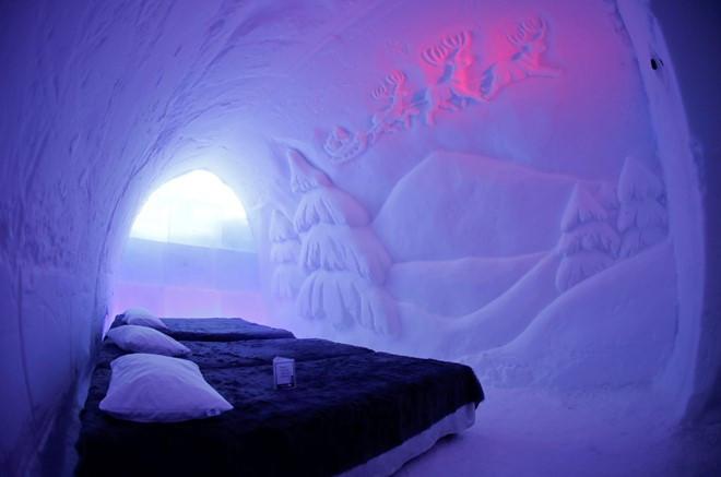 Ngoài ra, du khách còn có thể nghỉ đêm ở khách sạn băng ngay trong làng.