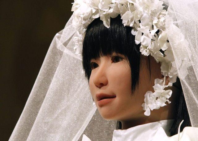 Hôn nhân giữa người và robot sẽ trở nên phổ biến trong tương lai.