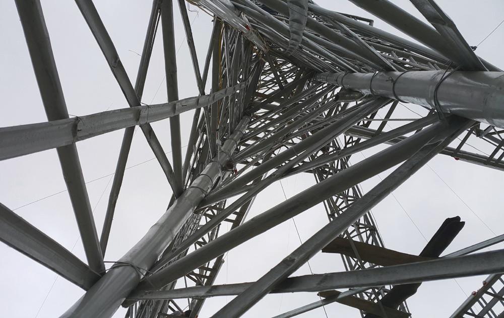 Nguyên vật liệu để làm tòa tháp này là 300 cây tre; 1 tạ thép buộc; 1.500m dây dù và thép để neo; 20kg đinh...