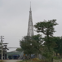 Người dân dựng mô hình tháp Eiffel đón Noel