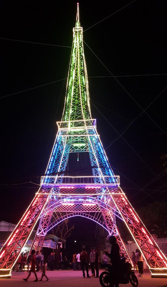 """Với 1.000m dây bóng đèn Led quấn quanh, vào ban đêm """"Tòa tháp"""" rực sáng, thu hút đông đảo người dân TP Vinh đến xem."""