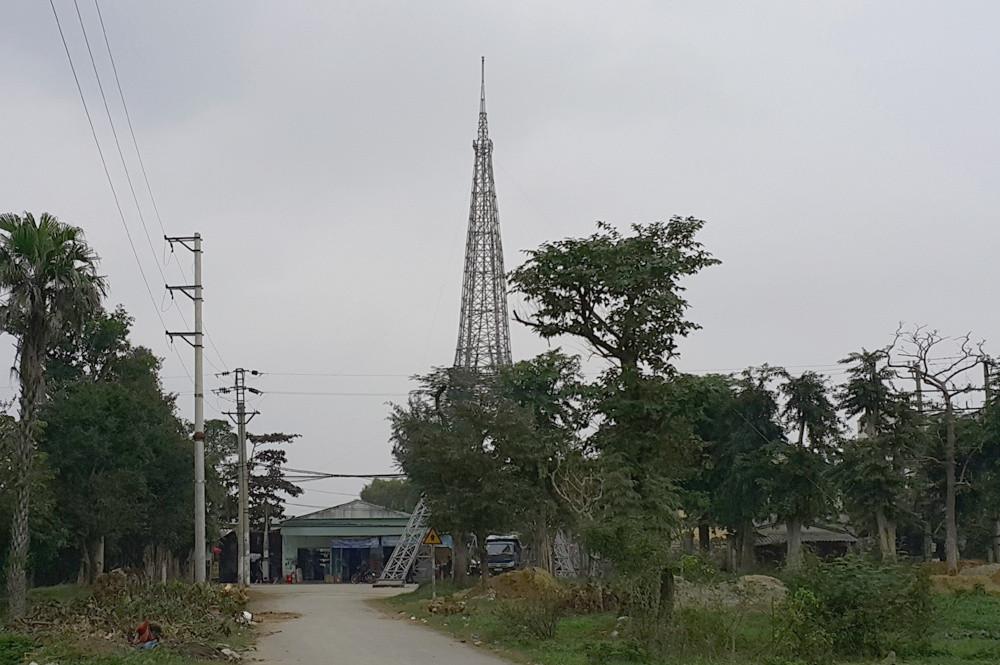 Chào đón lễ Noel 2016, một số hộ dân thuộc giáo xứ Yên Đại, xóm 5, xã Nghi Phú, thành phố Vinh (Nghệ An) lấy ý tưởng về tháp Eiffel ở Pháp, để dựng mô hình.