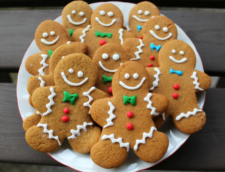 Bánh quy gừng hình người tuyết được trang trí đáng yêu.
