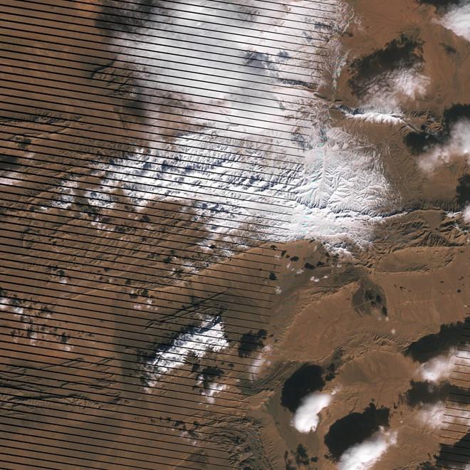 Các bức ảnh chụp từ vũ trụ này do vệ tinh Landsat 7 của NASA chụp lại