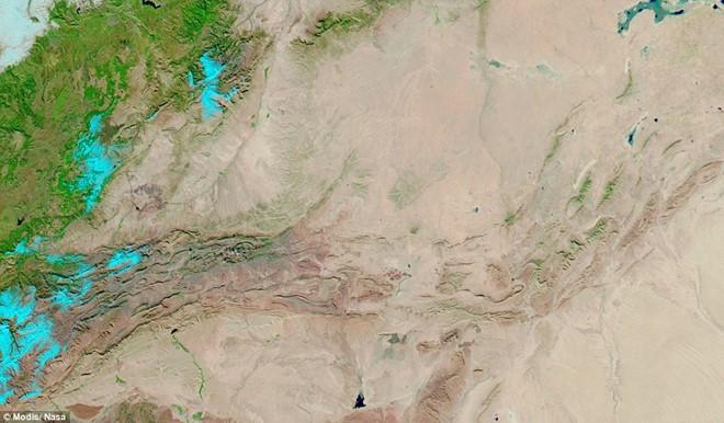 Ảnh vệ tinh chụp ngày 18/2/1979, lần cuối cùng vùng sa mạc này chứng kiến tuyết rơi.
