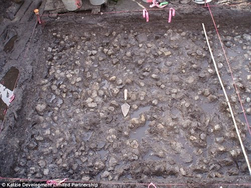 Xung quanh vườn, các nhà khảo cổ đã phát hiện nhiều đá cuội.