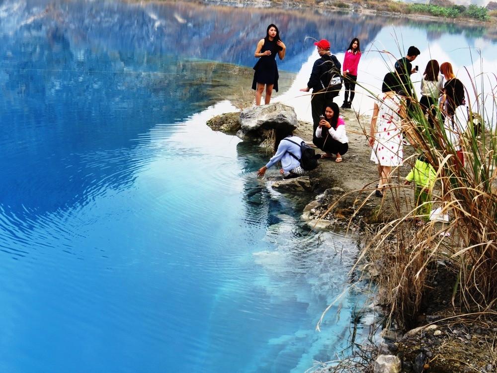 Vẻ đẹp độc đáo của hồ nước xanh trên địa bàn đã thu hút đông đảo dân phượt và người địa phương đến tham quan.